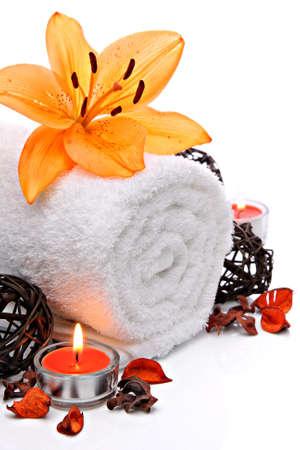 oranje lelie: Spa grens met handdoek en oranje lelie bloem