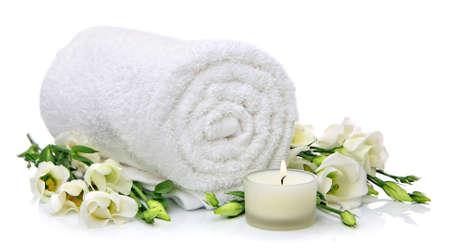Laminé serviette blanche avec des fleurs et des bougies Banque d'images