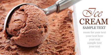helado de chocolate: Helado de chocolate cuchara Foto de archivo