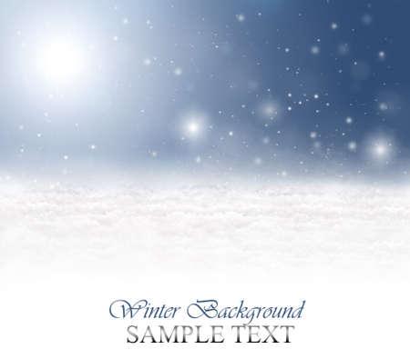 cold background: Sfondo invernale con neve, fiocchi di neve, sole e un cielo blu Archivio Fotografico
