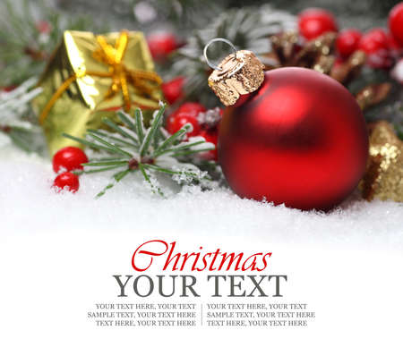 Kerstmis grens met ornament, gouden heden en sneeuw Stockfoto