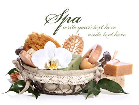 productos de aseo: Kit de baño spa o sauna aseo establecidos en la canasta con flor de orquídea blanca