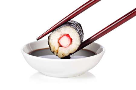 maki sushi: Maki sushi avec des baguettes et la sauce de soja