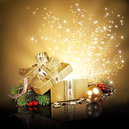Golden surprise gift box with sparkling stars 版權商用圖片 - 32104237