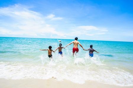 Kleine Kinder, die zum Meer