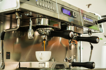 Professionele koffiemachine espresso in een cafe Stockfoto