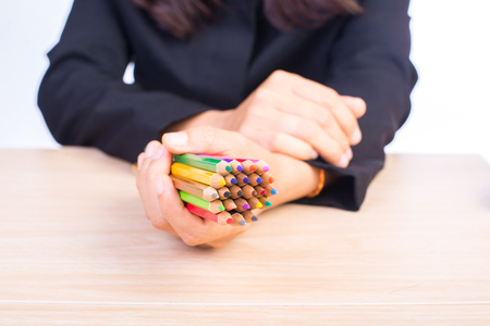 color in: lápices de colores en la mano mujer de negocios