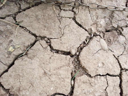 catena: Ground cracked by the lack of rain
