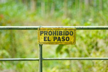 prohibido el paso: Ninguna muestra de violaci�n en una puerta de metal escrito en espa�ol Foto de archivo