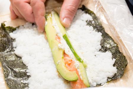 cucinare il sushi a casa con nori salmone avocado riso e cetriolo