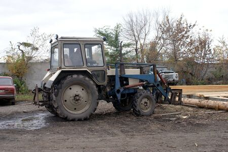 wheeled tractor: Wheeled tractor working on the loading timber.