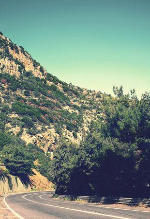 vintage: Zomer reizen foto van de bergen en over de weg, vintage afgezwakt kleuren
