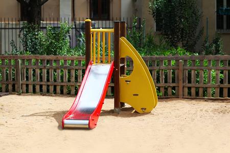 jardin de infantes: Vaciar parque infantil en el patio est� rodeado por una valla Foto de archivo