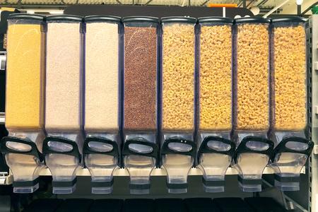gierst, rijst, boekweit, pasta in de dispensers Stockfoto