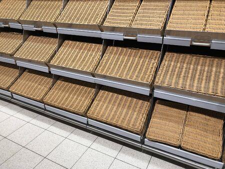 Lege planken voor goederen in supermarkt. Winkeluitrusting