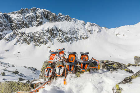 crampons: Comparison of semi-automatic and basket crampons in the mountains Stock Photo