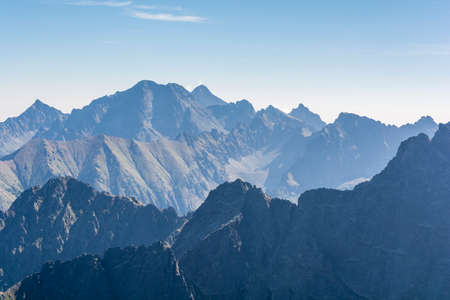 朝のタトラ山脈の山ピーク
