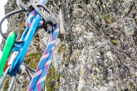 clavados: posición fija rapel preparado en las montañas visto durante rápel Foto de archivo