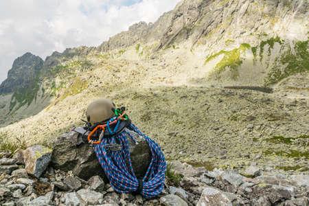 Klettergurt Und Helm : Baumkletterer mit säge und klettergurt holzfäller bei der arbeit