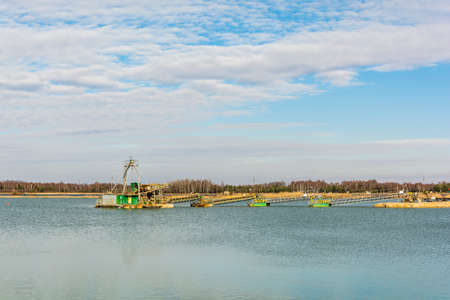 mining ships: System for the extraction of the gravel pit aggregate in the water.
