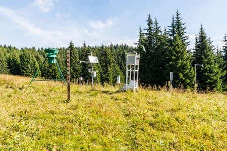 pluviometro: estación meteorológica en el claro del bosque. Foto de archivo