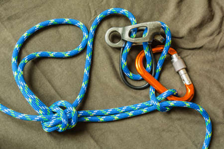 descender: Overhand knot with draw-loop - Tied a rope with the use of rappel device and secured an additional knot.