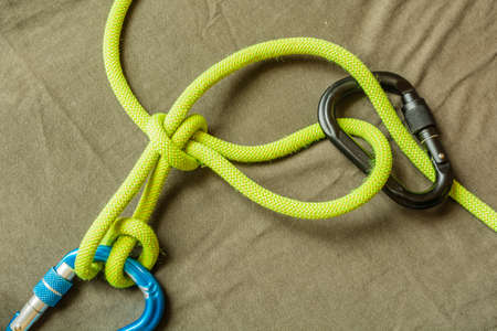 belay: Overhand knot with draw-loop (Halter hitch) - Secured carabiner screw.