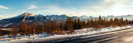 Vue depuis la route goudronnée jusqu'aux sommets enneigés.