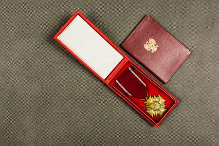 Bronze-Verdienstkreuz und Karte aus der kommunistischen Ära (PRL) in Polen. Standard-Bild - 92706520