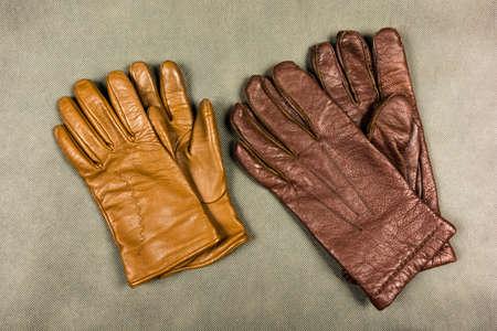 Bruine leren handschoenen voor dames en heren. Stockfoto - 91314974