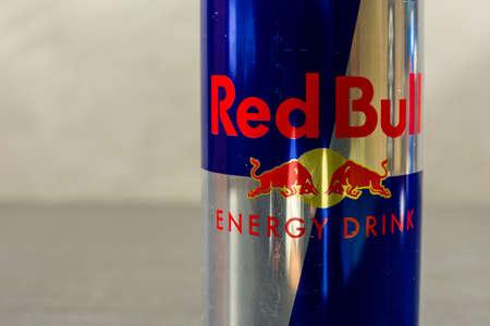 Niedomice, Polen - 20 december 2017: Red Bull-logo op het blikje.