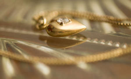 joyas de oro: cadena de oro y colgante del coraz�n Foto de archivo