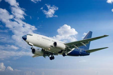jetplane: Aereo di linea bianca contro il cielo blu brillante