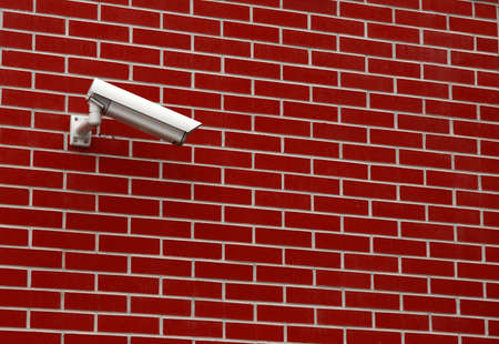 alarme securite: Street cam�ra de s�curit� sur un mur de briques Banque d'images