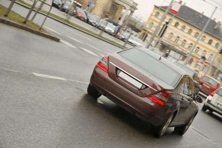 車が都市の道路上通る 写真素材