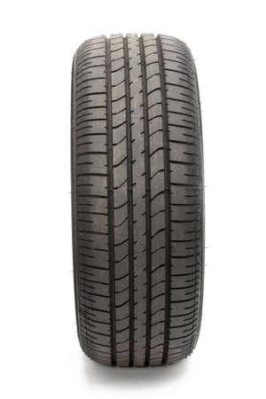tyre tracks: Los neum�ticos de coches aislados en fondo blanco puro