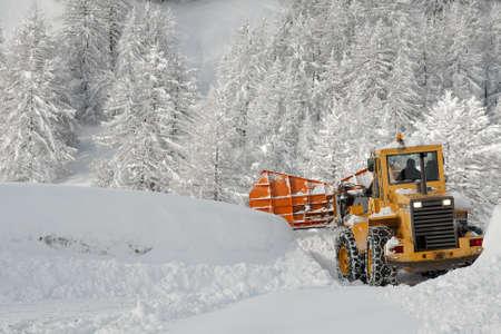 ploegen: Verwijderen van sneeuw van een weg in de winter