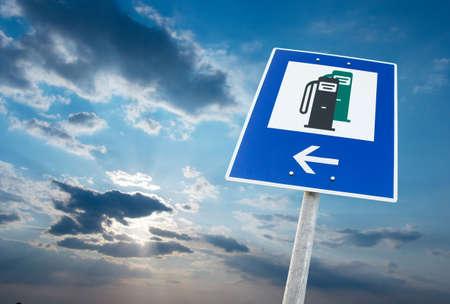 Signe de station de carburant contre le ciel nuageux