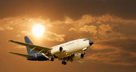 jetplane: Aereo di linea contro il cielo incandescente  Archivio Fotografico