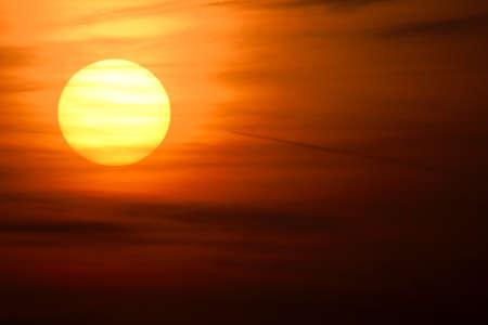 Puesta del sol con las nubes en el cielo