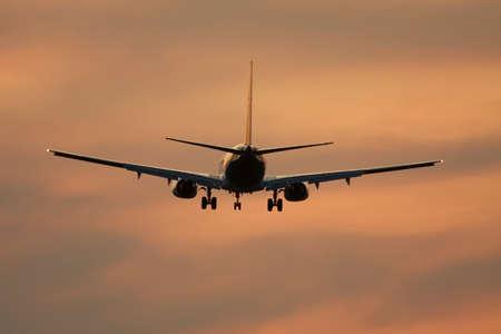 jetplane: Aereo di linea contro il cielo tramonto