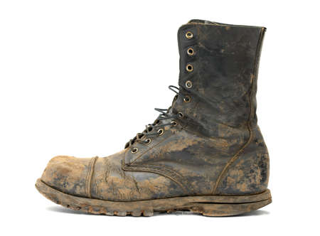 Muddy steelcap laarzen geïsoleerd op wit Stockfoto
