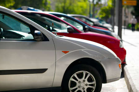 voiture parking: Parking voitures dans la ville.