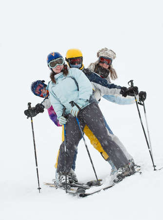 skieer: Skiërs plezier in de sneeuwstorm Stockfoto
