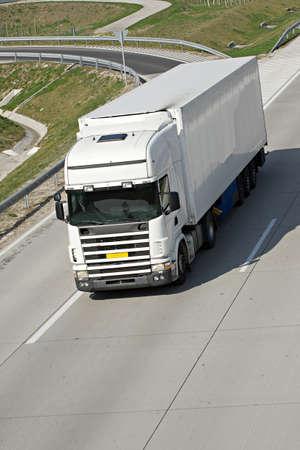 Camion blanche sur la route.