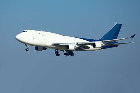 Immense atterrissage avion cargo Banque d'images