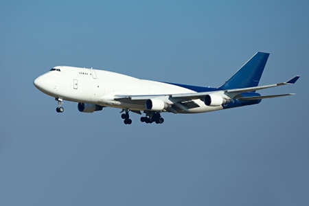 Riesige Frachtflugzeug Landung Standard-Bild