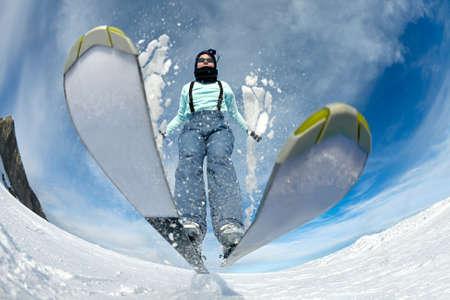ski slopes: Sciatore saltando sul pendio