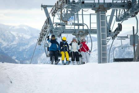 ski slopes: Gli sciatori uscire la seggiovia
