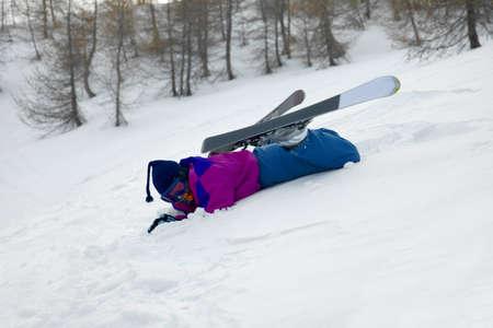 ski slopes: Sciatore caduto nella neve